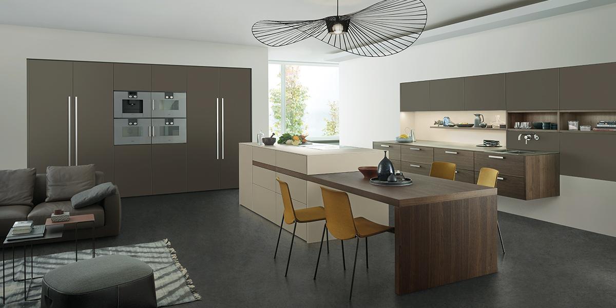 moderne braune Küche mit Kücheninsel und integriertem Esstisch