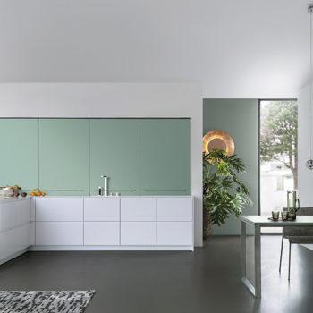 leichte moderne Küche mit frischen Farben