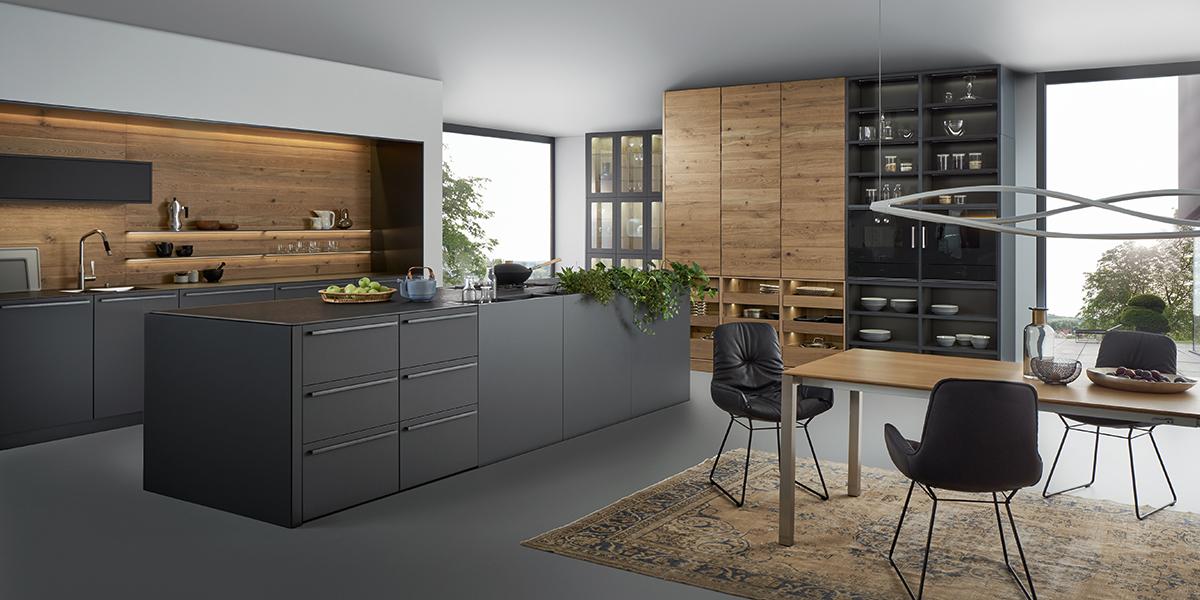 Schwarze Wohnküche mit Holzelementen